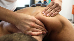 massør giver massage